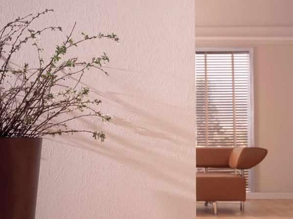 Флизелиновые обои под покраску идеальны для оклейки стен в новых, еще не давших усадку домах