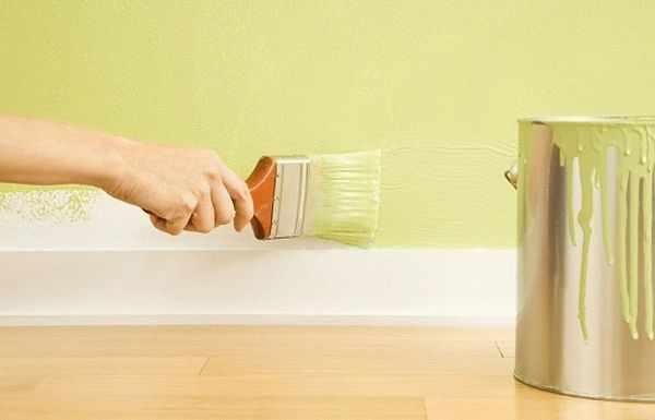Перед тем как принять решение о поклейке обоев на окрашенную поверхность, нужно узнать тип краски